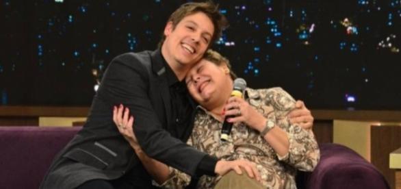 Porchat recebe o carinho da mãe na estreia de seu programa