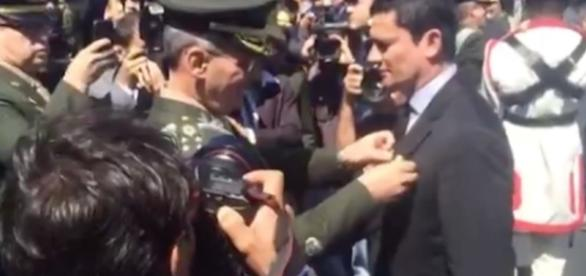 Sérgio Moro recebe medalha das Forças Armadas