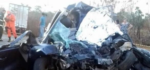 Carro da cantora gospel fica completamente destruído após bater com caminhão