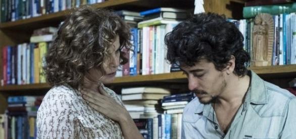 Elisa vive um romance com Vicente, assassino de Isabela