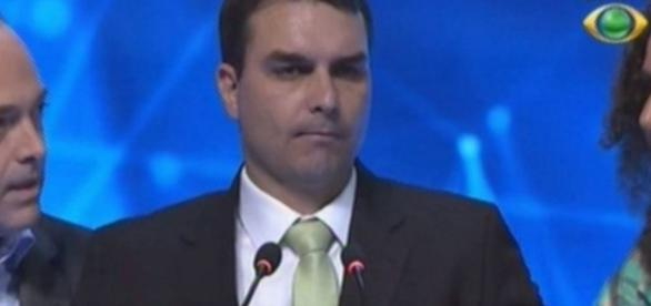 Flávio Bolsonaro passa mal ao vivo