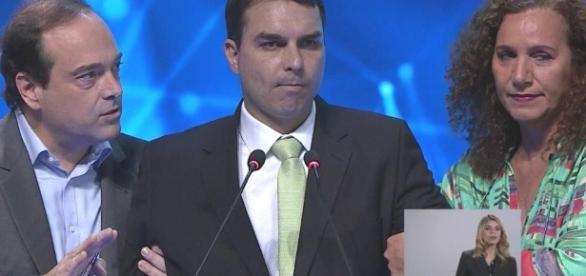 Flávio Bolsonaro passa mal em debate à prefeitura do Rio