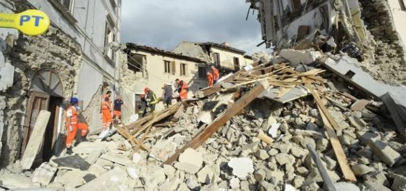 Mãe que sobreviveu a terremoto de 2009 perde bebê no terremoto de 2016.