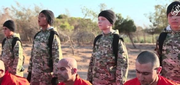 Băiatul britanic(al doilea din dreapta în costum de camuflaj) pare a fi complet spălat pe creier - Foto: DailyMail