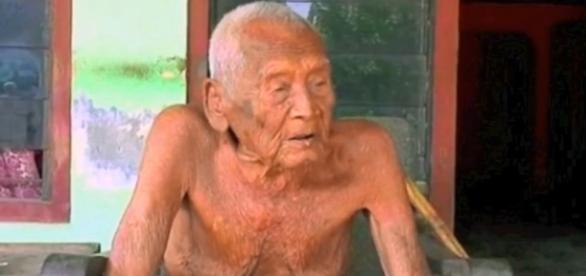 De acordo com um documento, Mbah Gotho teria 145 anos de idade (Crédito: YouTube/SkifbullChannel)