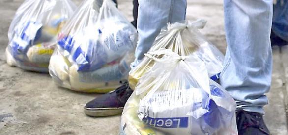 Los CLAP venden bolsas de alimentos a los venezolanos