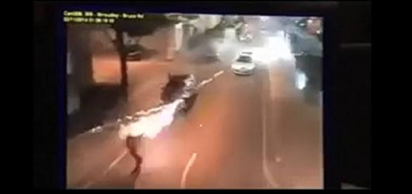 Muzułmanie zaatakowali radiowóz za pomocą wyrzutni fajerwerków.