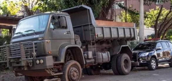 Caminhão do Exército cheio de maconha é apreendido
