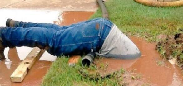 Jimmie Cox, sumerge la mitad de su cuerpo para arreglar una avería. (Foto: Twitter)