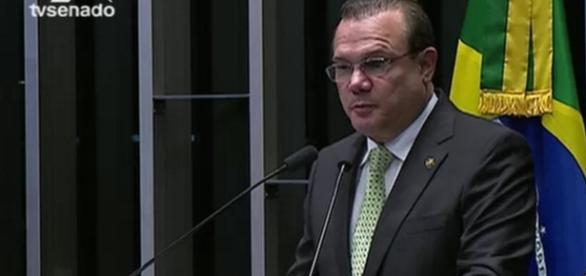 Senador é internado após passar mal