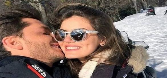 Ator Klebber Toledo beijando Camila Queiroz