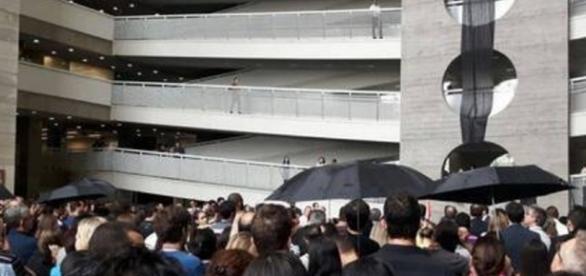 Homem pula com filha de prédio de fórum em SP