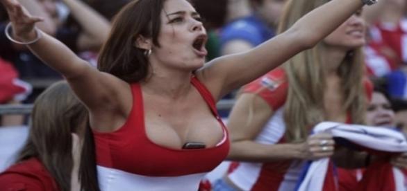 Quem se recorda de Larissa Riquelme, que ficou famosa por guardar o celular entre os seios, na Copa de 2010?A gata fez muito sucesso na época