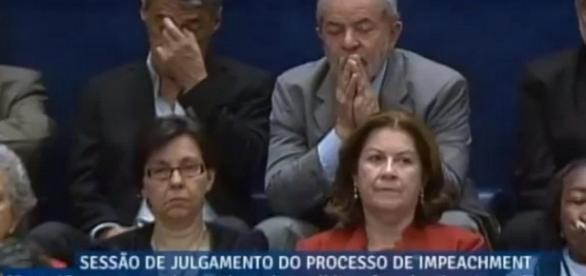 Lula é flagrado rezando e Chico Buarque com sono