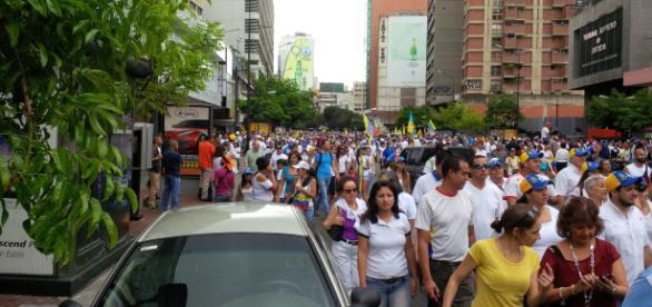 Venezolanos participando en la ¨Toma de Caracas¨ desde la Av. Francisco de Miranda
