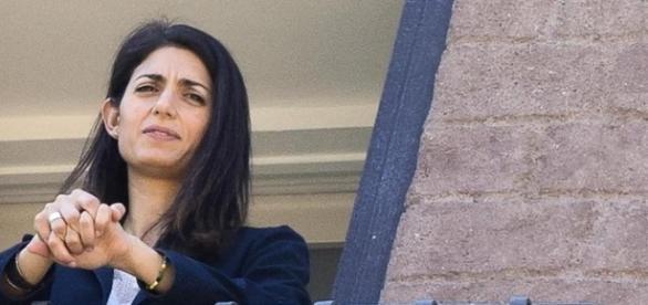 Virginia raggi affacciata al balcone del suo ufficio in Campidoglio