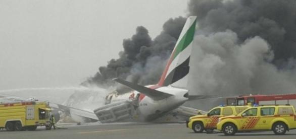 A equipe do aeroporto, em Dubai, trabalhou rápido para conter as chamas