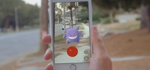 As pessoas acabam se distraindo para capturar os Pokémons, e são alvos de assalto nas ruas