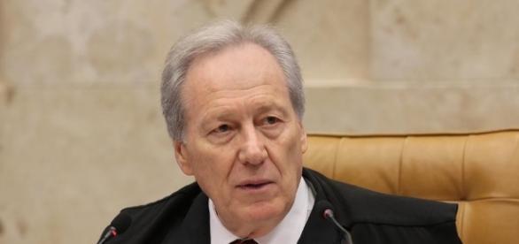 Lewandowski recebeu uma petição popular para anular o impeachment