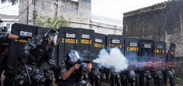 Polícia usa bomba e bala de borracha durante passagem da tocha em Duque de Caxias