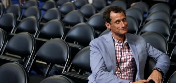 Anthony Weiner Is Sexting Again, Wife Huma Abedin Mortified - inquisitr.com