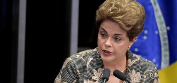 Dilma respondendo aos questionamentos no Senado como parte do processo de impeachment
