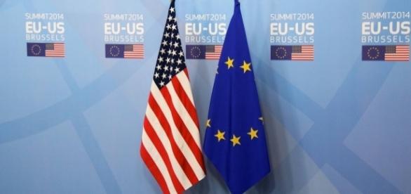 Les drapeaux des États-Unis et de l'Union Européenne côte à côte à l'occasion du sommet UE-EU en 2014.