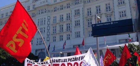 """Manifestantes do PSTU pedindo """"Fora Todos!"""""""