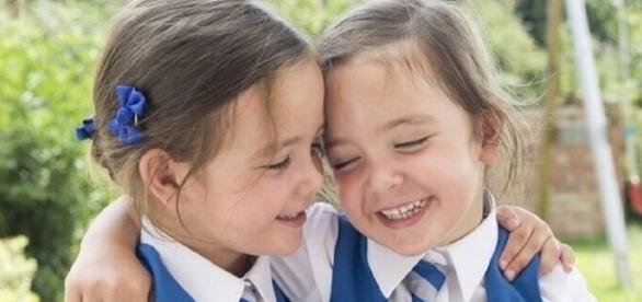 Siamesas que nasceram unidas pelo abdome vão para a escola
