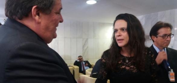 Silvio Costa tentou convencer Janaína (Foto: Julianna Granjeia)