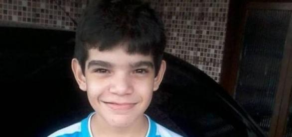 Eduardo, de 12 anos, teria sido espancado na escola. Polícia investiga o fato.