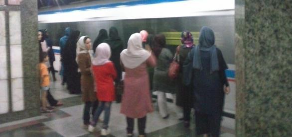Mujeres esperando el metro en su zona exclusiva del andén