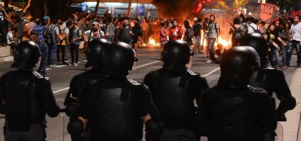 Na segunda (29), policias dispersaram grupo que fazia protestos na Avenida Paulista (Foto: Rovena Rosa/ Agência Brasil)