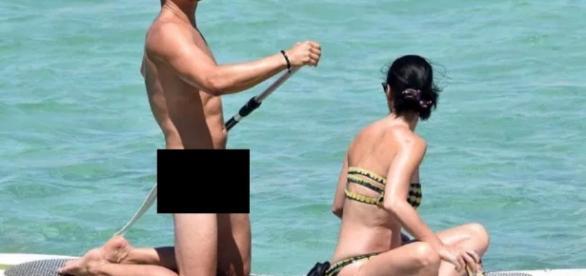 Orlando Bloom é flagrado nu ao lado da namorada