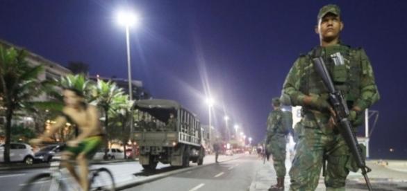 Soldados patrulhando orla de Copacabana (Foto: Mario Tama/Getty)