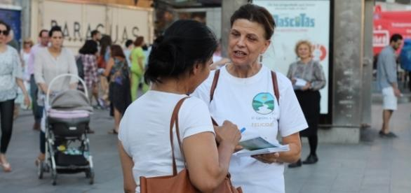 Voluntaria en la Puerta del Sol en el Día de la Amistad.