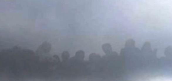 Diversos 'seres' foram notados sobre as nuvens (Youtube)
