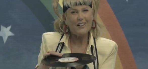 Xuxa aparece com disco polêmico em chamada