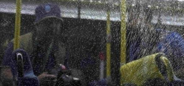 Janelas de um ônibus da Rio-2016 foram estilhaçadas por tiros.
