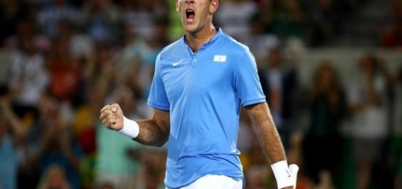 Juan Martín del Potro dio la gran sorpresa al eliminar al serbio Novak Djokovic, número 1 del mundo, en la primera ronda del torneo olímpico