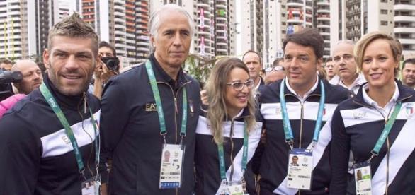Rio2016, Matteo Renzi in posa con gli atleti azzurri