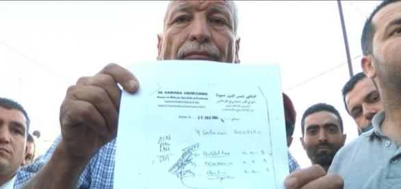 Su padre, Mohamed M. Bouhle. mostrando la evidencia.