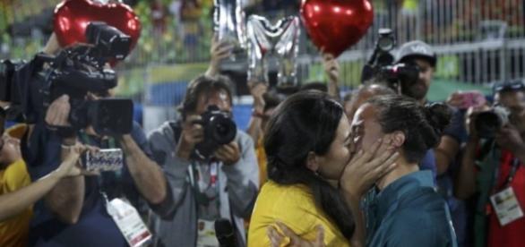 Beijo gay em Olimpíada repercute no mundo todo