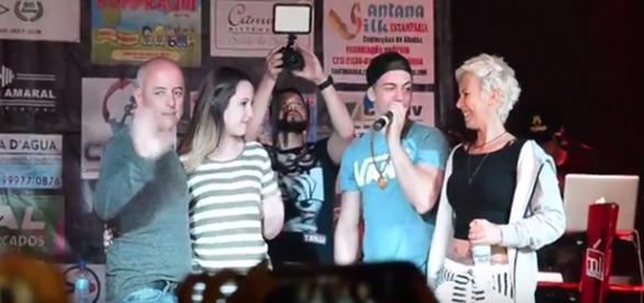 Biel com sua família em show de despedida