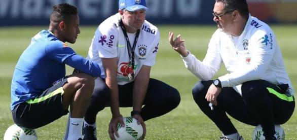 A CBF e a comissão técnica do Brasil estão com dificuldades em enquadrar o atleta Neymar na seleção de futebol do país