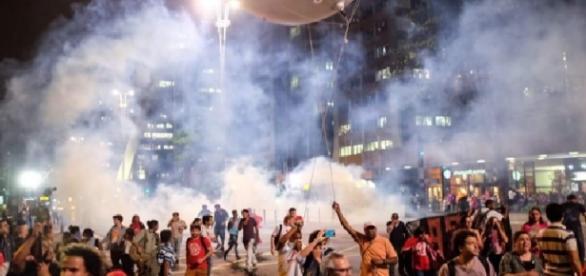 Carro de luxo atropela manifestantes