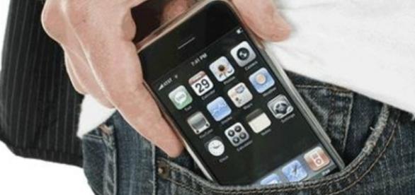 De acordo com estudo, carregar celular no bolso pode causar a destruição do esperma