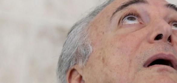 Michel Temer olhando para o alto - Imagem/Google