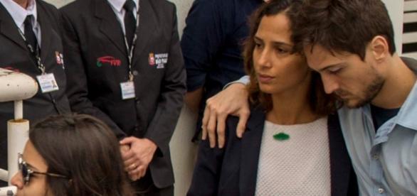 Camila Pitanga se despede de Domingos em velório