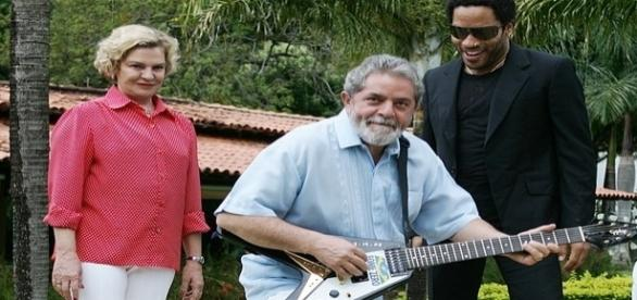 Lula posa para foto com guitarra de Kravitz